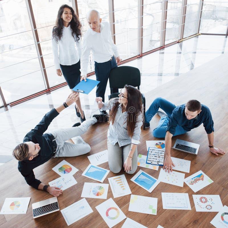 Planungsstrategie zusammen Geschäftsteam, das Papiere auf Boden mit dem Manager zeigt auf eine Idee betrachtet mitarbeit stockfoto