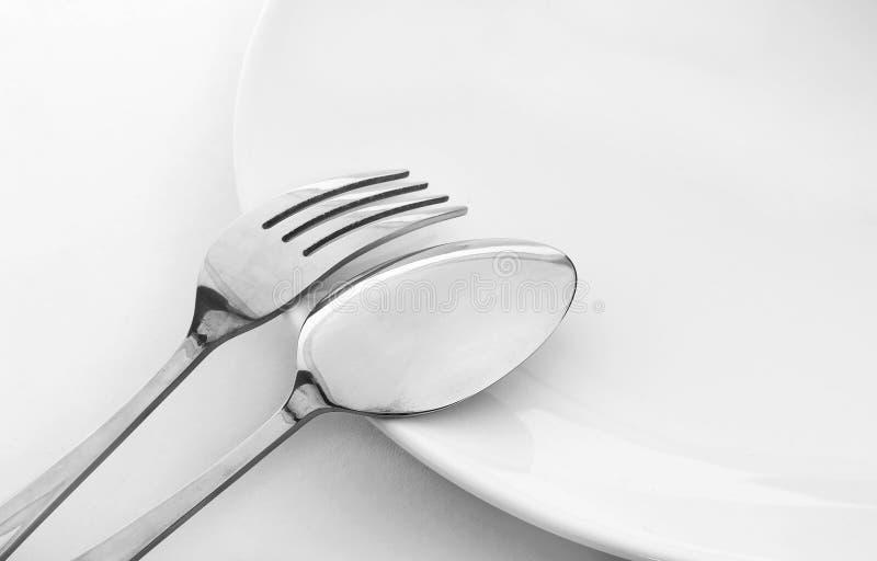 Plaque avec la cuillère et la fourchette image stock