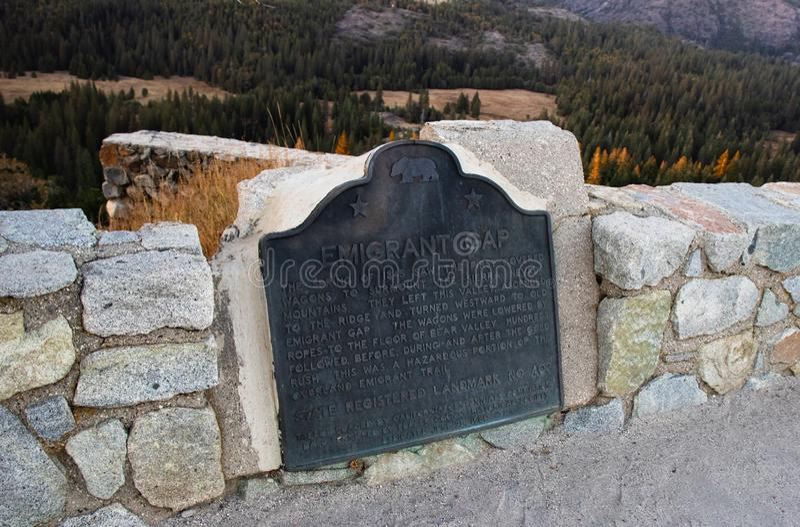 Plaque commémorative à l'émigrant Gap en montagnes de Sierra Nevada image stock