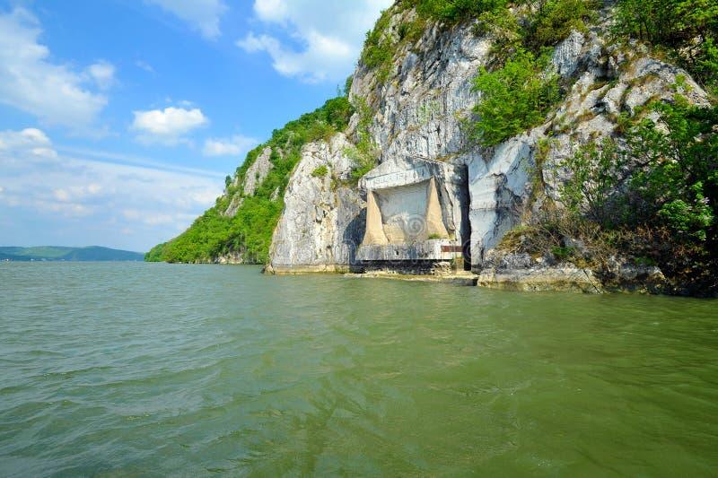 Plaque comm?morative romaine Tabula Traiana, le Danube en Serbie photos stock