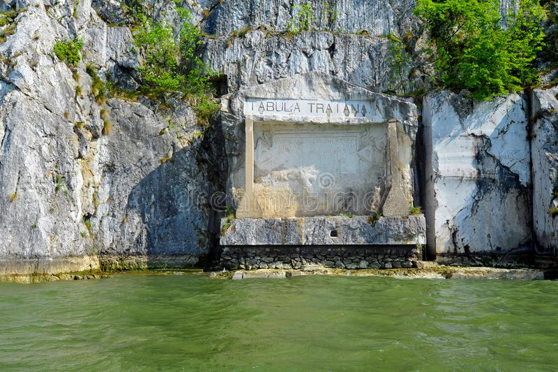 Plaque comm?morative romaine Tabula Traiana, le Danube en Serbie photo libre de droits