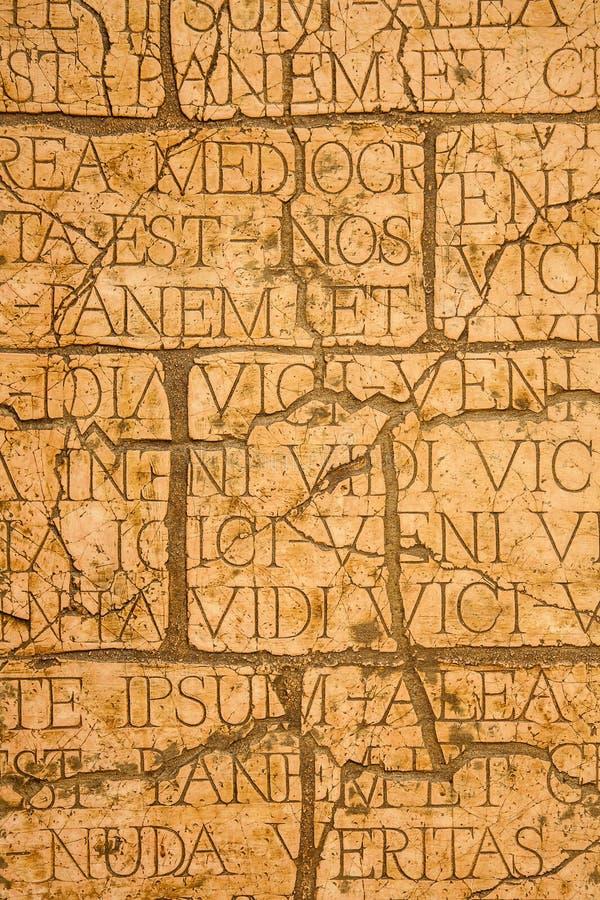 Plaque criquée avec les inscriptions latines et les lettres romaines. photos libres de droits