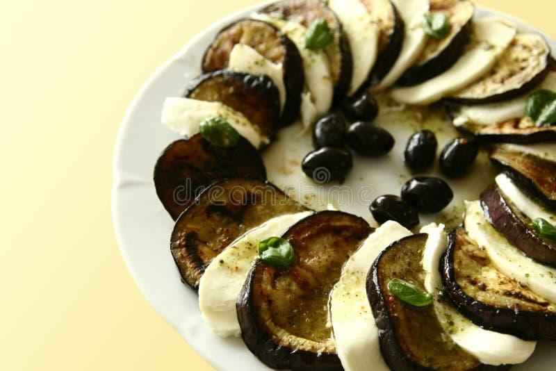 Plaque d'aubergine et de mozzarella images libres de droits
