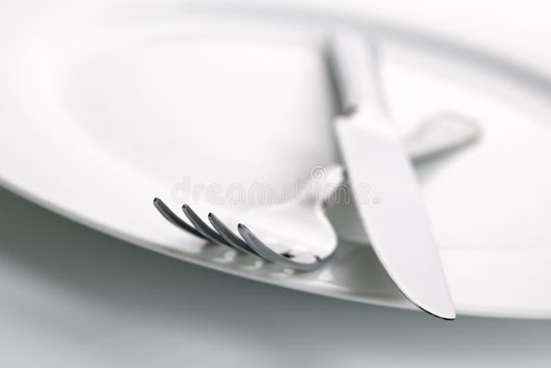 Plaque de dîner, couteau et argenterie de fourchette photo libre de droits