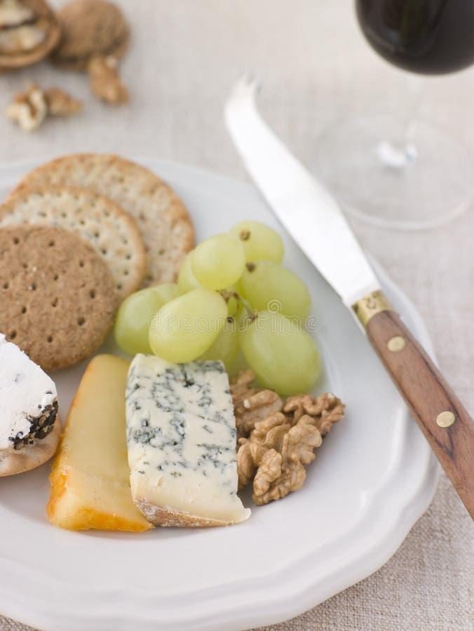 Plaque de fromage et des biscuits avec une glace de port images libres de droits
