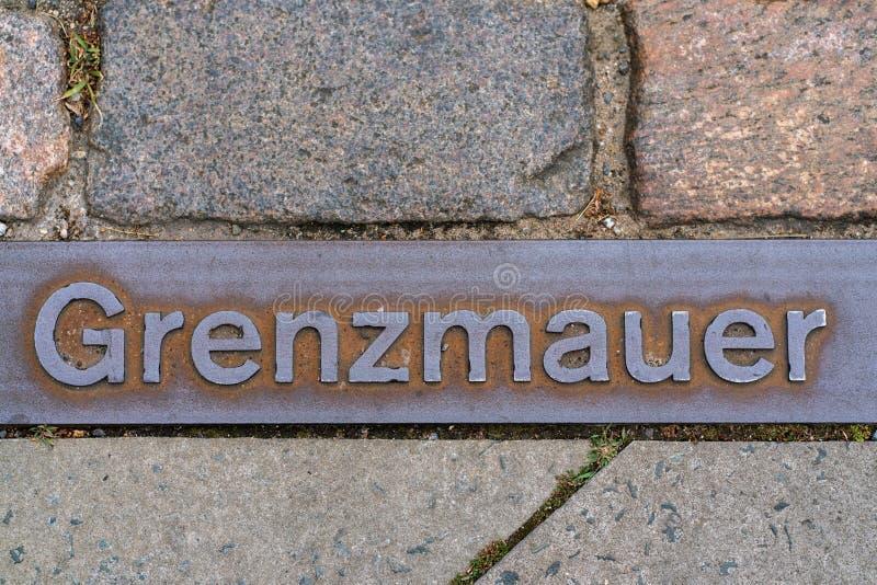 Plaque de métal sur un passage couvert à Berlin indiquant où le mur de Berlin s'est tenu photos libres de droits