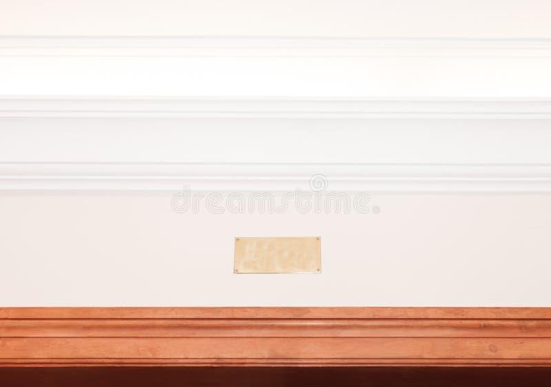 Plaque de métal vide sur la corniche lumineuse photos stock