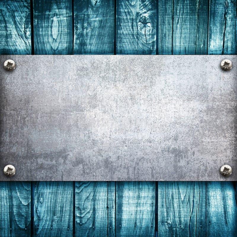 Plaque de m?tal industrielle sur un fond en bois photos libres de droits