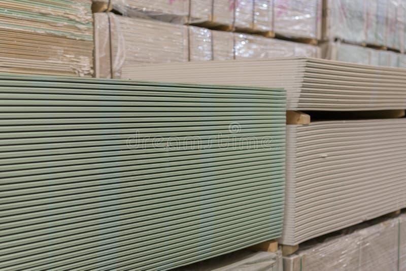 Plaque de plâtre de gypse dans le paquet cloison sèche dans le magasin de bâtiment photos stock