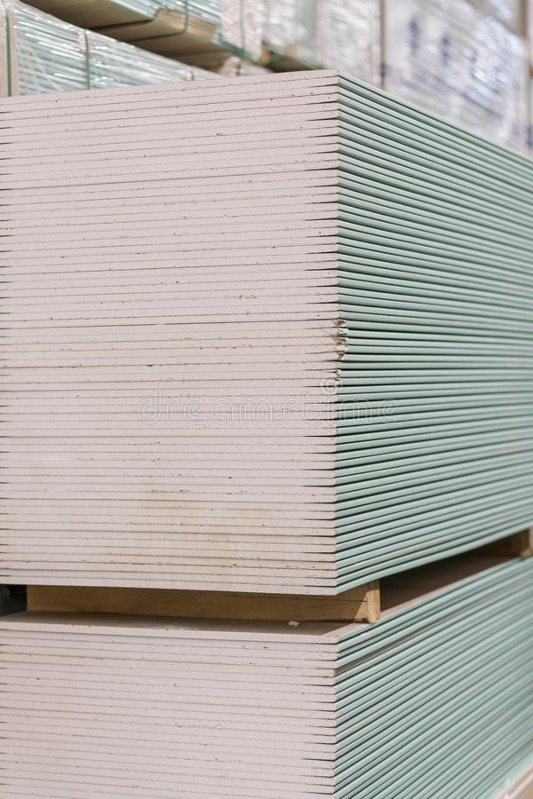 Plaque de plâtre de gypse dans le paquet La pile du panneau de gypse se préparant à la construction Palette avec la plaque de plâ photographie stock libre de droits