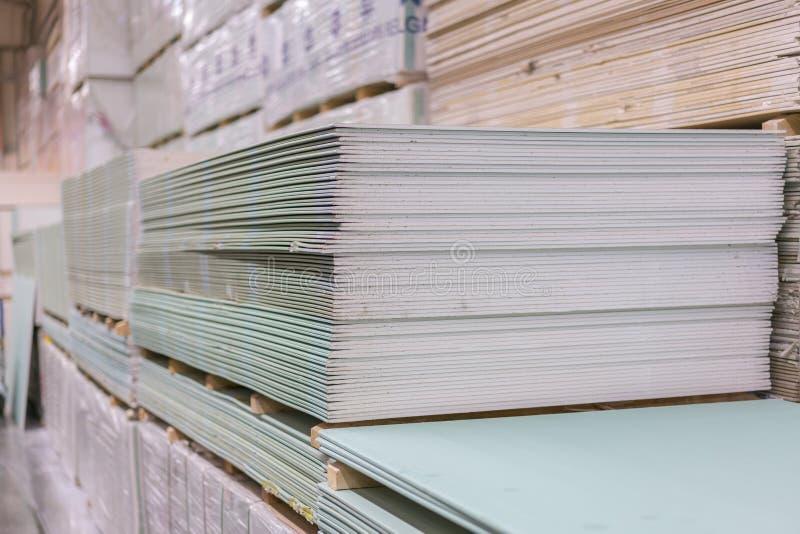 Plaque de plâtre de gypse dans le paquet La pile du panneau de gypse se préparant à la construction Palette avec la plaque de plâ photo stock