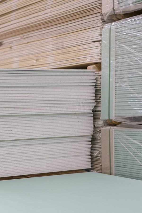 Plaque de plâtre de gypse dans le paquet La pile du panneau de gypse se préparant à la construction Palette avec la plaque de plâ image libre de droits