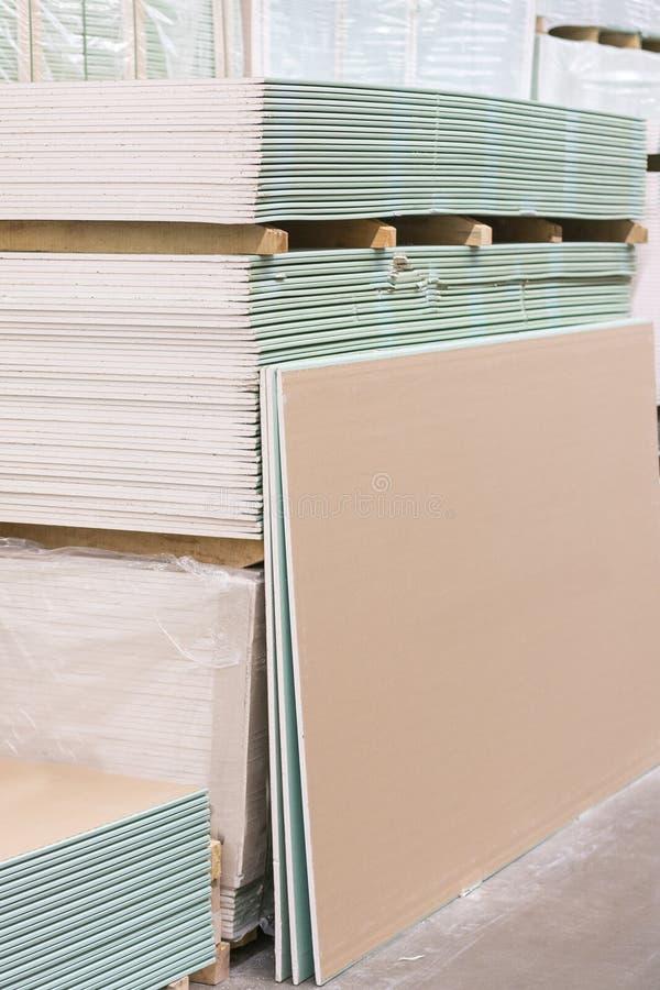 Plaque de plâtre de gypse dans le paquet La pile du panneau de gypse se préparant à la construction Palette avec la plaque de plâ photo libre de droits