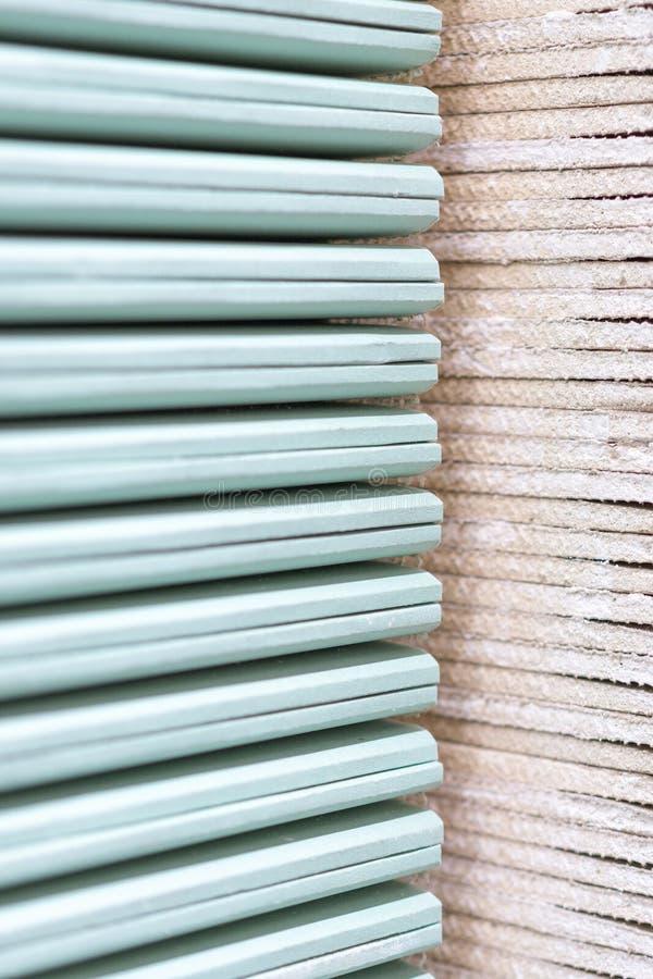 Plaque de plâtre de gypse dans le paquet La pile du panneau de gypse se préparant à la construction Palette avec la plaque de plâ images stock