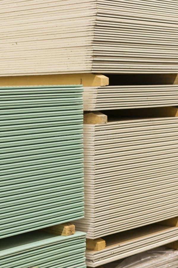 Plaque de plâtre de gypse dans le paquet La pile du panneau de gypse se préparant à la construction Palette avec la plaque de plâ images libres de droits