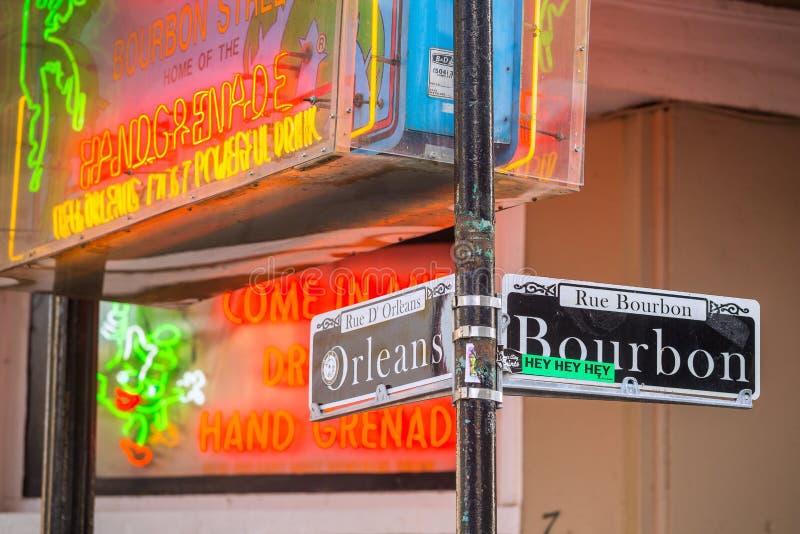 Plaque de rue avec des bars et des barres dans le quartier français photographie stock libre de droits