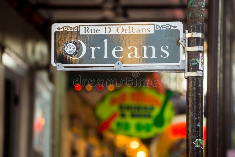 Plaque de rue avec des bars et des barres dans le quartier français photos stock