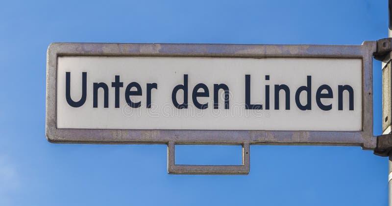 Plaque de rue avec le nom sous le tilleul de repaire d'Unter de limettier dedans photos libres de droits