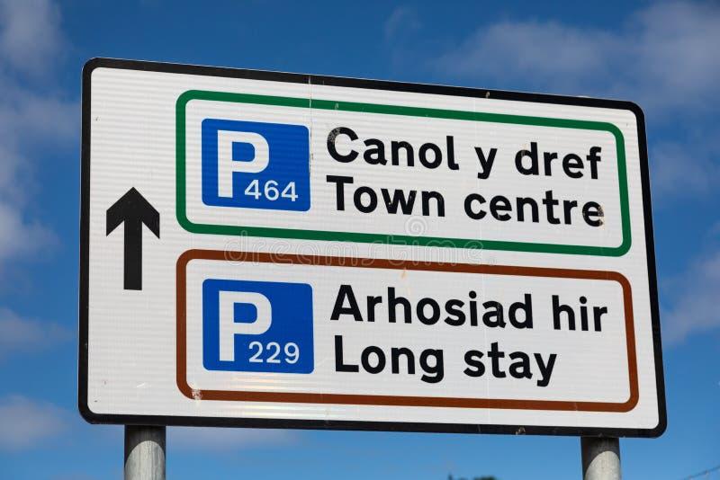 Plaque de rue bilingue indiquant Llandudno se garant Pays de Galles du nord photographie stock