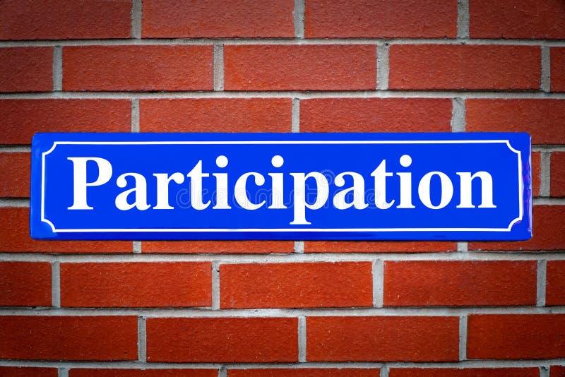 Plaque de rue d'expérience de plaque de rue de participation sur le mur de briques photos stock