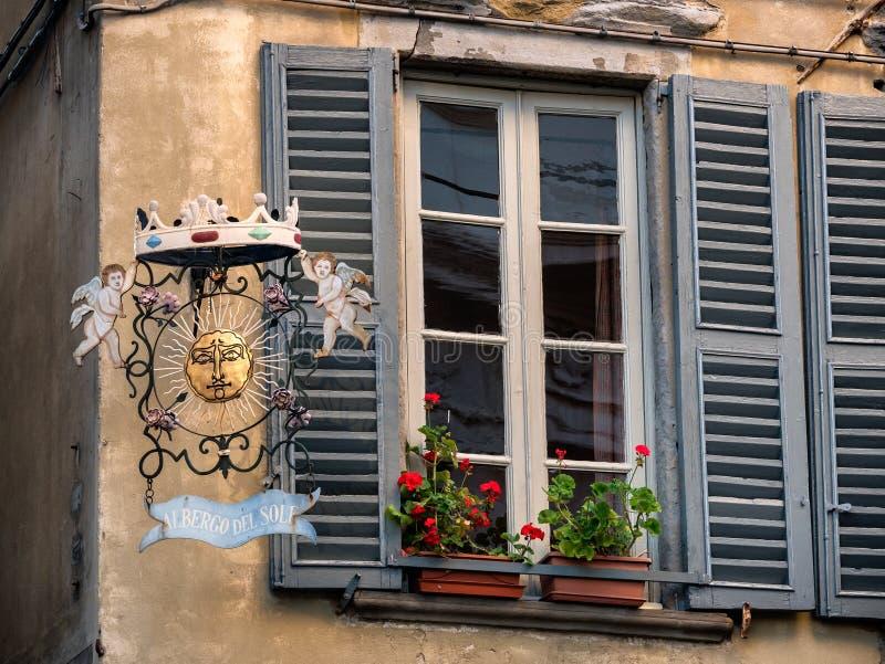 Plaque de rue de vintage de Bergame, Italie avec des anges de Bergam images stock