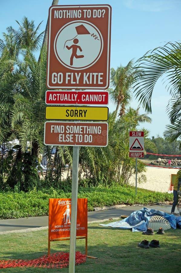 Plaque de rue drôle en île de Sentosa images libres de droits