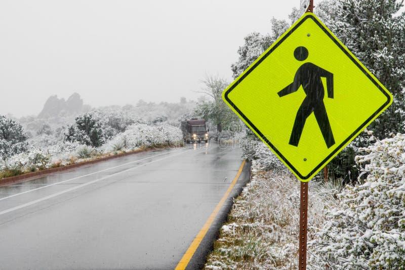 Plaque de rue piétonnière jaune de croisement de passage piéton dans la neige d'hiver photographie stock libre de droits