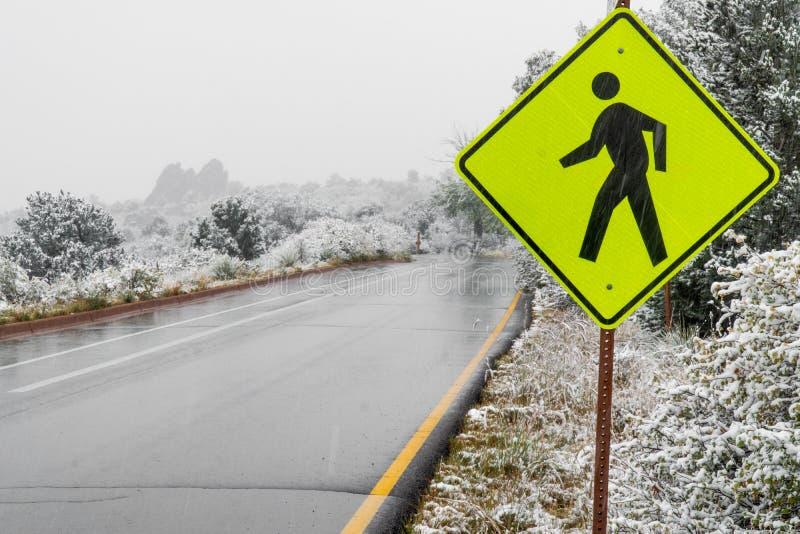 Plaque de rue piétonnière jaune de croisement de passage piéton dans la neige d'hiver images stock