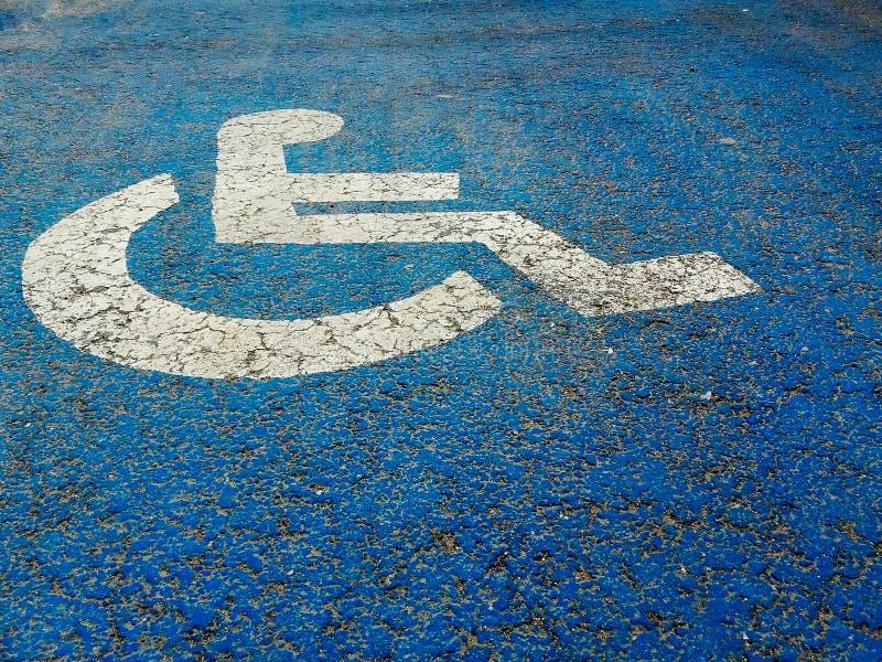 Plaque de rue pour des personnes handicapées sur le fond bleu image stock