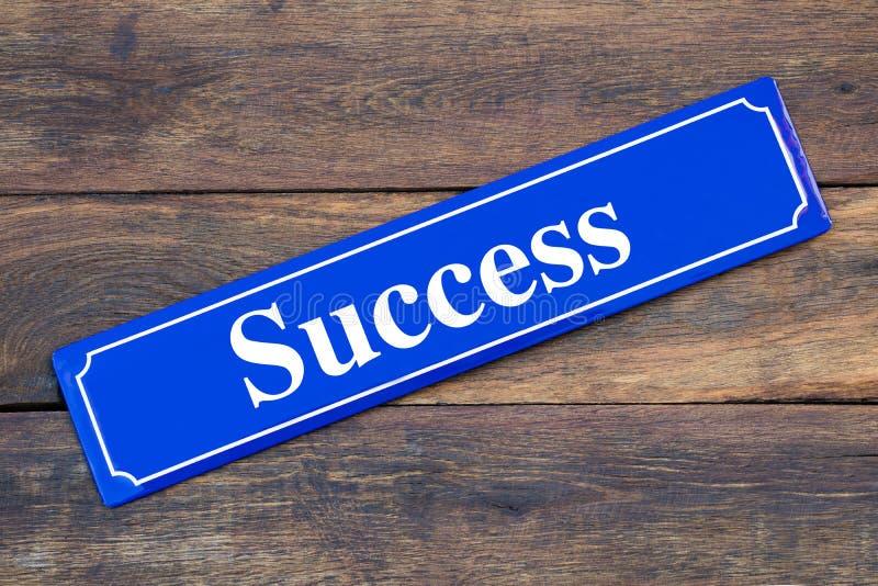 Plaque de rue de succès sur le fond en bois photographie stock libre de droits