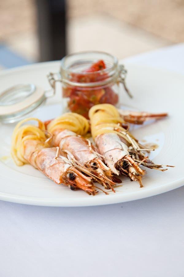 Plaque des crevettes roses images stock