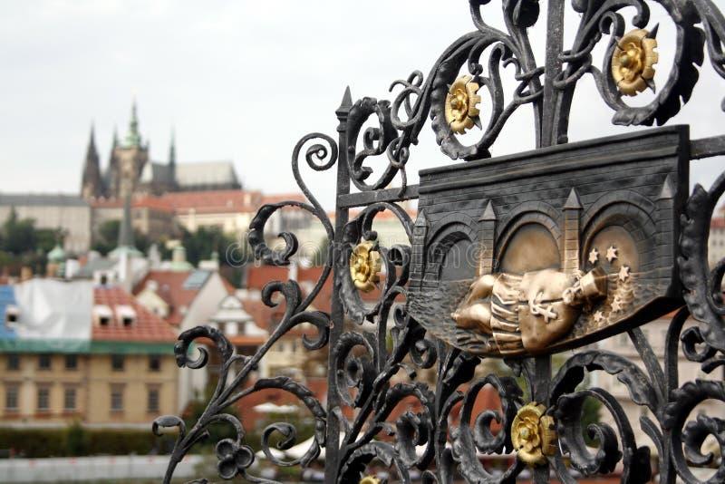 Plaque en bronze de Jan Nepomucky Nepomuk décorant la base de la sculpture sur Charles Bridge à travers la rivière de Vltave images libres de droits