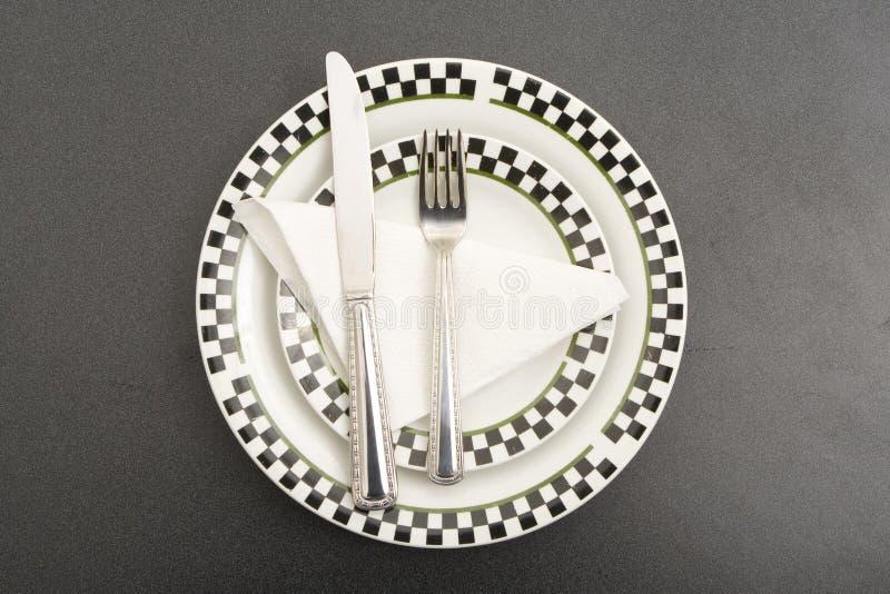 Plaque et couteau de fourchette sur une table photo libre de droits