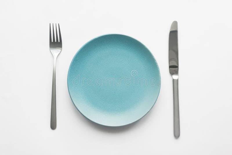 Plaque et couverts couteau et plat sur la table photos libres de droits