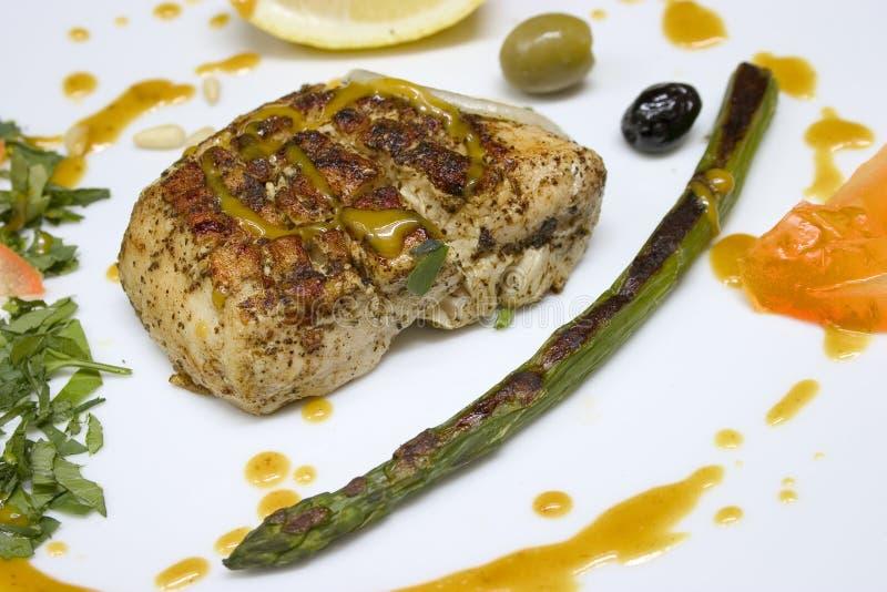 Plaque gastronomique avec le persil d'aspargus de poulet photographie stock libre de droits
