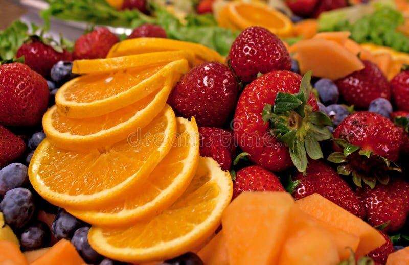 Plaque mélangée délicieuse lumineuse de fruit photos libres de droits