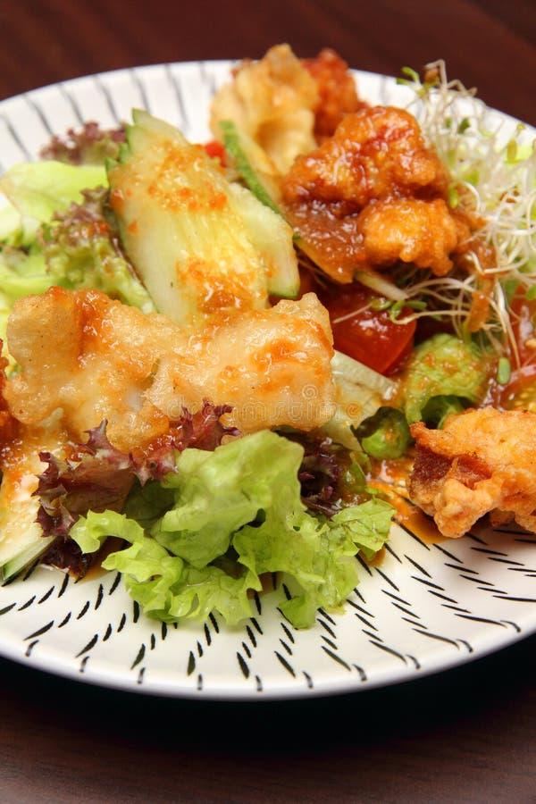 Plaque mélangée de légume et de poissons frits images stock