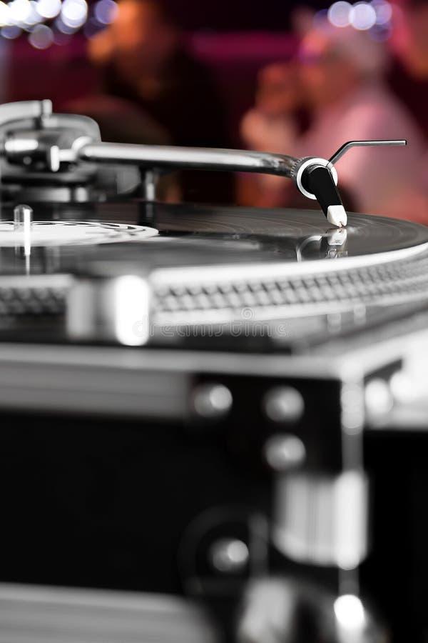 Plaque tournante écoutant l'enregistrement d'acoustique de vinyle photo libre de droits