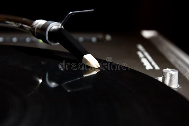Plaque tournante écoutant l'enregistrement d'acoustique de vinyle image stock