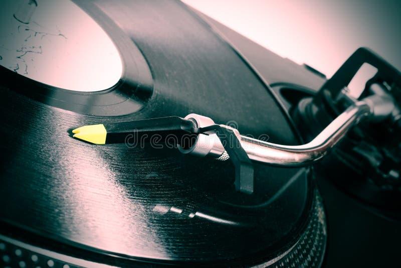 Plaque tournante écoutant l'enregistrement de vinyle photographie stock
