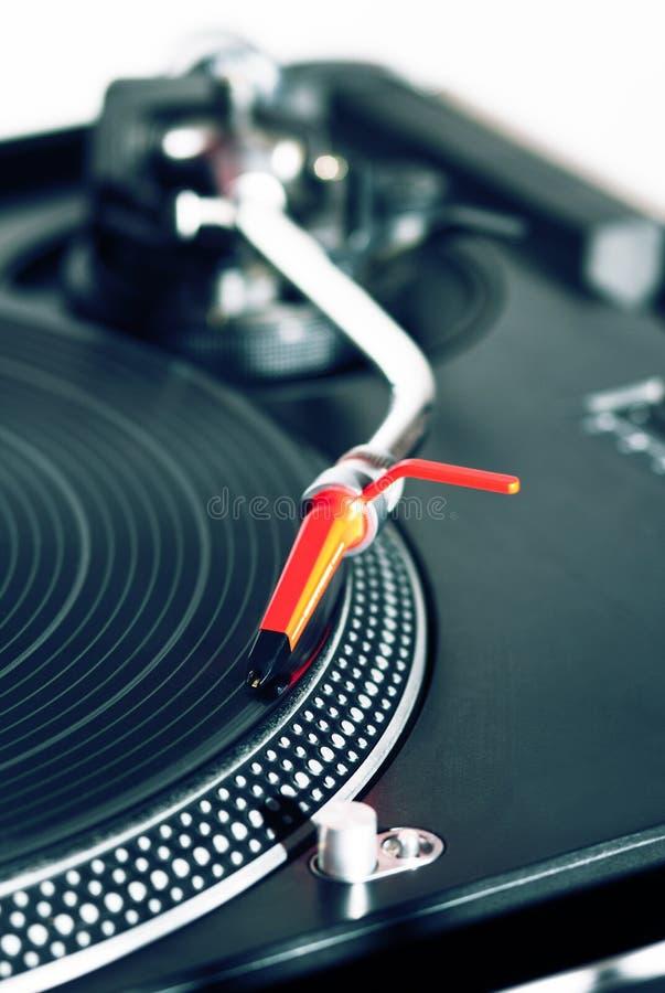 Plaque tournante écoutant l'enregistrement de vinyle image stock
