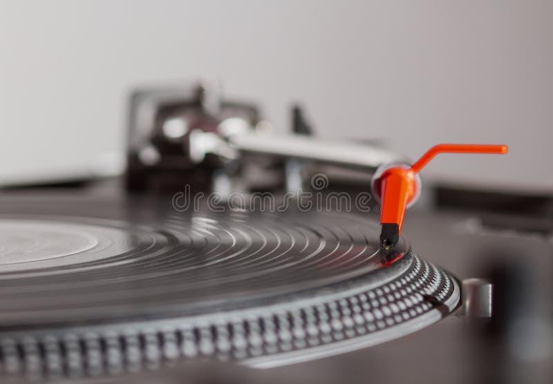 Plaque tournante écoutant l'enregistrement de vinyle avec la musique images stock
