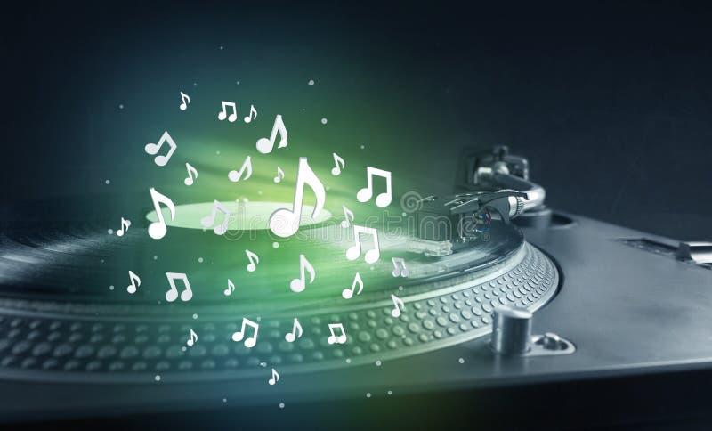 Plaque tournante jouant la musique avec rougeoyer audio de notes photographie stock