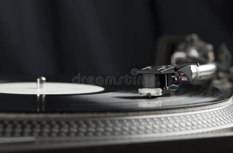 Plaque tournante jouant le vinyle étroit avec l'aiguille sur le disque image libre de droits