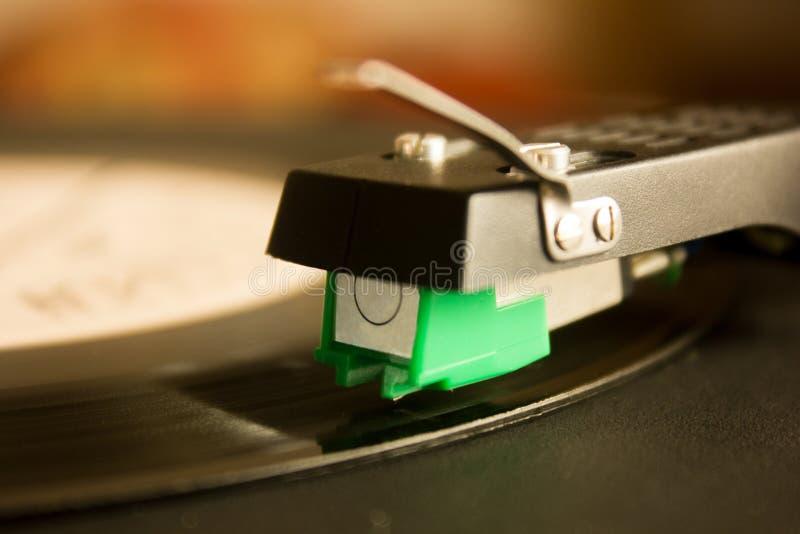 Plaque tournante jouant le vinyle étroit avec l'aiguille sur le disque image stock