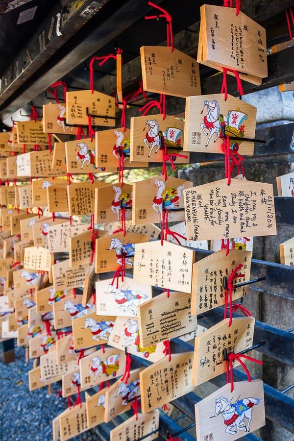 Plaque votive japonaise (AME) accrochant dans le temple de Kiyomizu images libres de droits