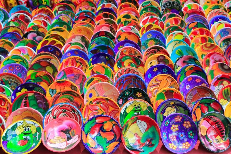 Plaques en céramique d'argile du Mexique coloré image stock