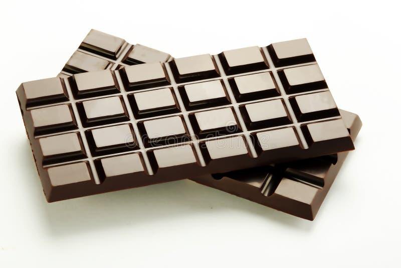 Plaques foncées de chocolat sur un fond blanc photos libres de droits