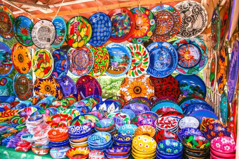 Plaques mexicaines décoratives colorées et artisanales avec de nombreux motifs image libre de droits