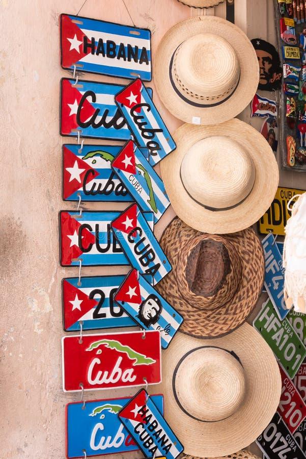 Plaques minéralogiques et chapeaux de souvenir à vendre à vieille La Havane photographie stock